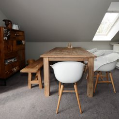 Die Essecke mit Bank und Stühlen